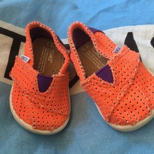 NEW Toms Velcro shoes with pouch